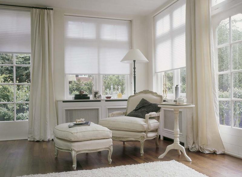 Pliszé függöny harmonika szerűen simul az ablakkeret közé