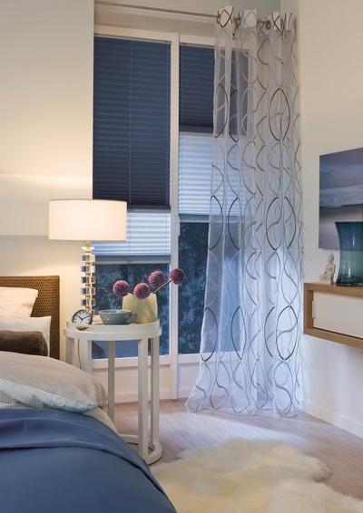 különleges kék és fehér színű fényáteresztő és sötétítő pliszé hálószobába