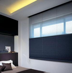 Két funkció egy csapásra, különleges kék és fehér színű fényáteresztő és sötétítő pliszé hálószobába