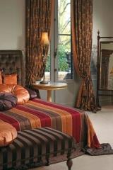 Klasszikus hálószoba, csíkos, és virágos textilekkel