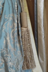 Klasszikus függöny, kék alapon, fehér-ezüst minta